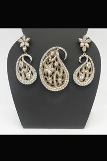 Picture of Look traditional with this golden pendant set